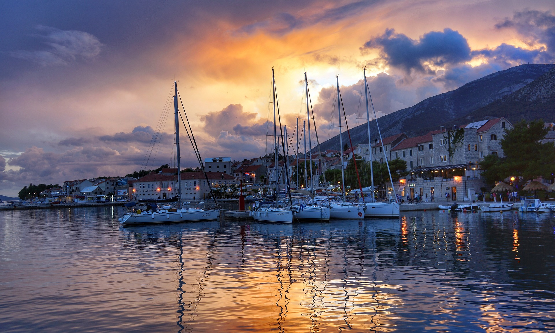 barche a vela al tramonto